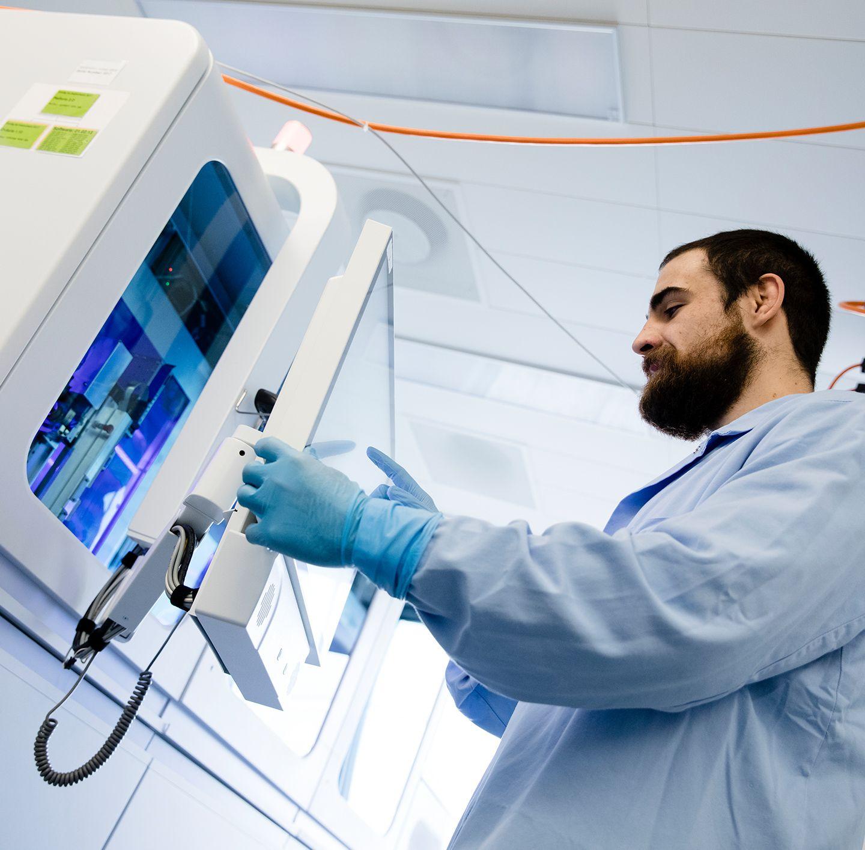 technician using cobas omni utility