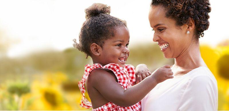 gülen kadın ve çocuk