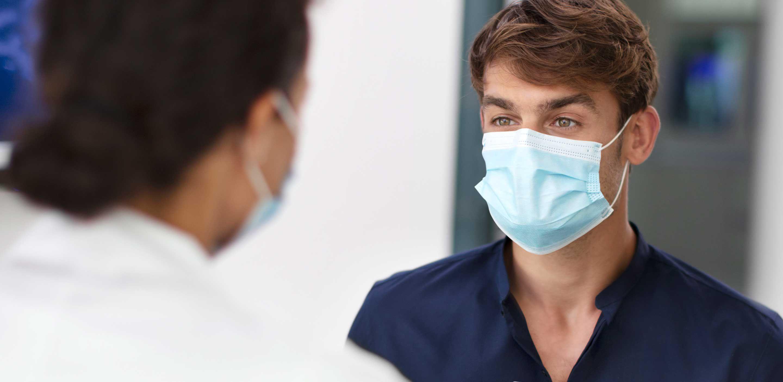 Professionnel de la santé et patient discutant ensemble