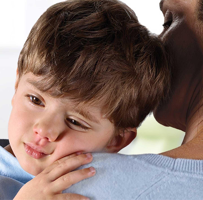 chlapec opírající se otátovo rameno
