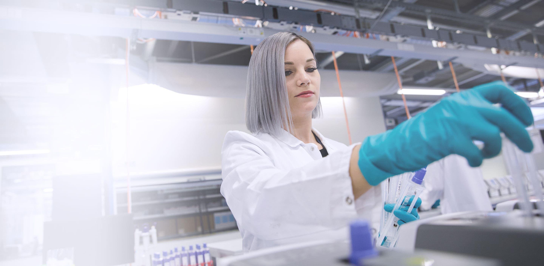 Rocheのシステムへアッセイを充填する臨床検査技師