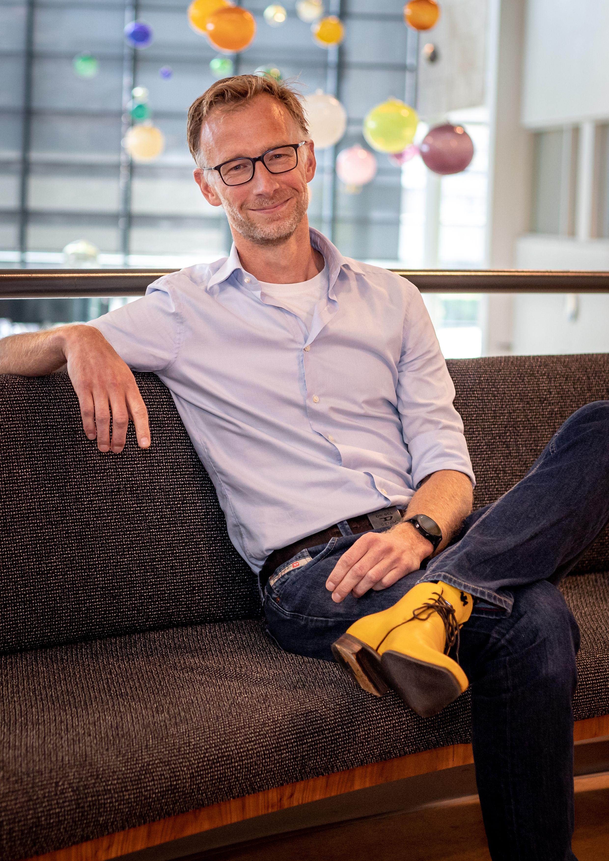 Daan van den Broek zittend op een bank